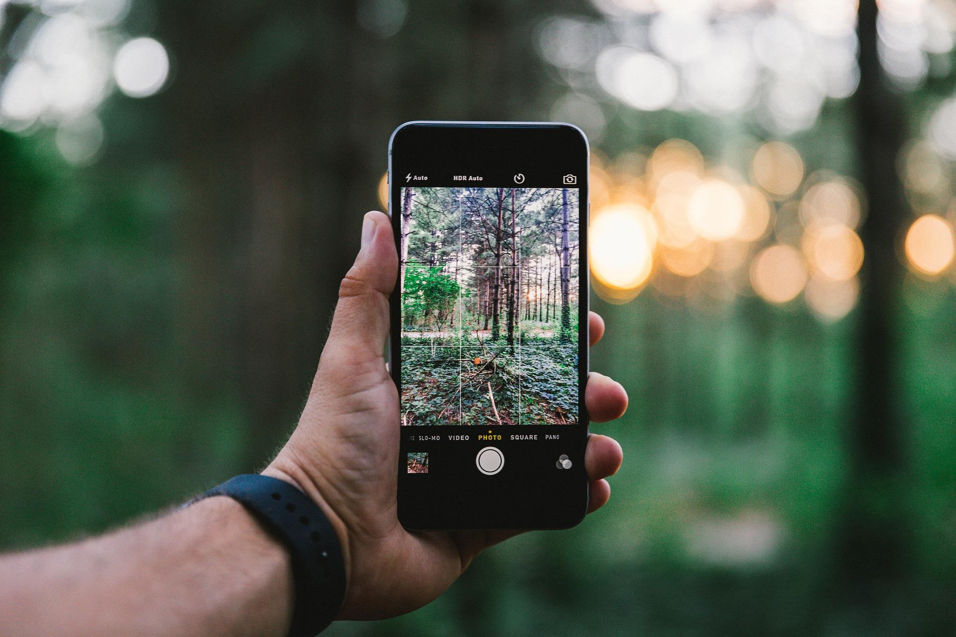 So schützt du dein Handy bei einer Wanderung im Winter